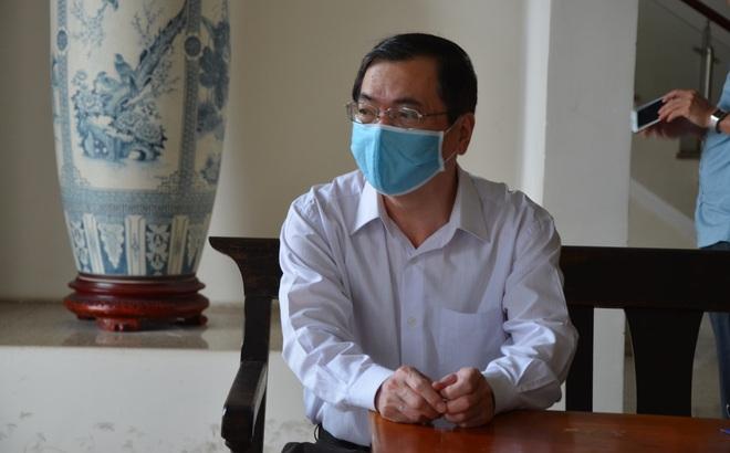 Cựu Bộ trưởng Vũ Huy Hoàng đến sớm hầu tòa, luật sư phải dìu lên từng bậc thềm