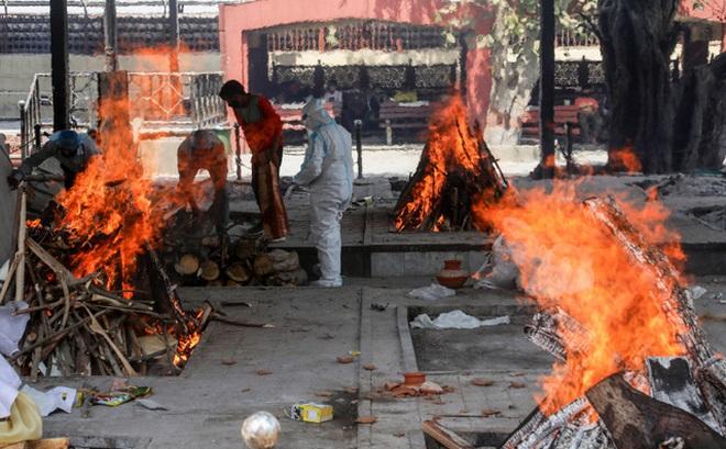 Đài hóa thân quá tải, Ấn Độ hỏa thiêu nạn nhân COVID-19 ngoài trời