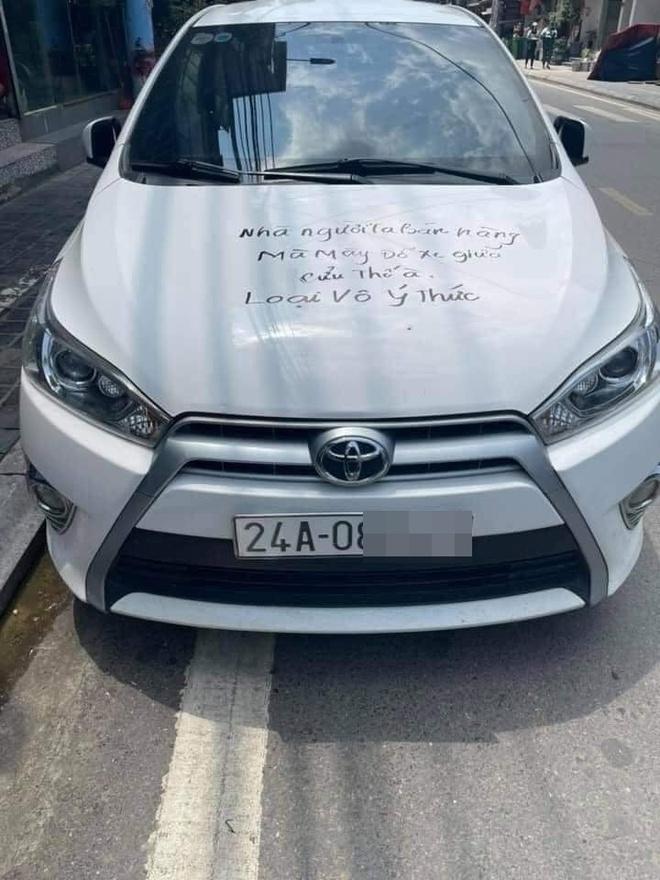 Dòng chữ đen trên nắp capo và cửa xe khiến tài xế giận tím người: Dân mạng chia thành 2 phe sau khi nhìn bức ảnh này - Ảnh 1.