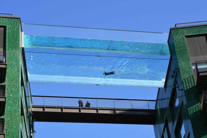 24h qua ảnh: Bể bơi trong suốt ở lưng chừng trời - Ảnh 1.