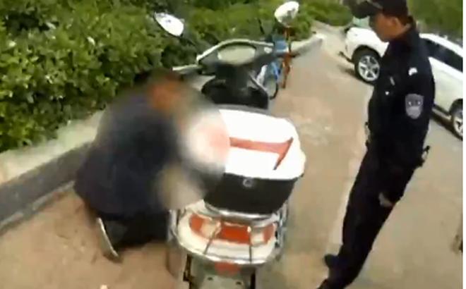 Ăn cắp xe máy điện, tên trộm hành sự chuyên tâm đến mức cảnh sát đứng ngay cạnh mà không phát hiện ra