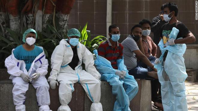 Sóng thần đẩy y tế Ấn Độ đến bờ vực sụp đổ: Nghĩa trang hết chỗ, bệnh viện quay lưng với bệnh nhân, người dân tuyệt vọng - Ảnh 4.
