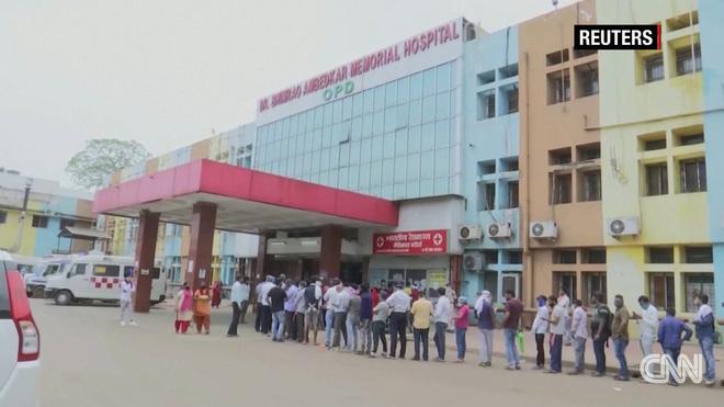 Sóng thần đẩy y tế Ấn Độ đến bờ vực sụp đổ: Nghĩa trang hết chỗ, bệnh viện quay lưng với bệnh nhân, người dân tuyệt vọng - Ảnh 1.
