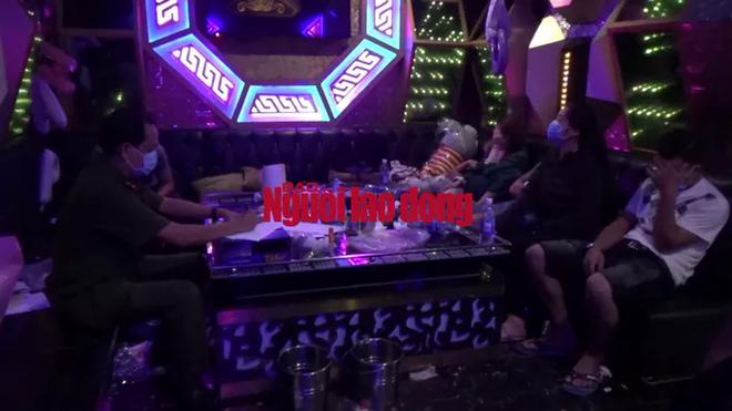 CLIP: Đột kích quán karaoke lúc 1 giờ sáng, công an phát hiện nhiều chân dài đang bay lắc - ảnh 2