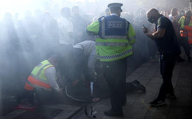 Biểu tình phản đối ông chủ Arsenal, 1 CĐV bị gãy chân