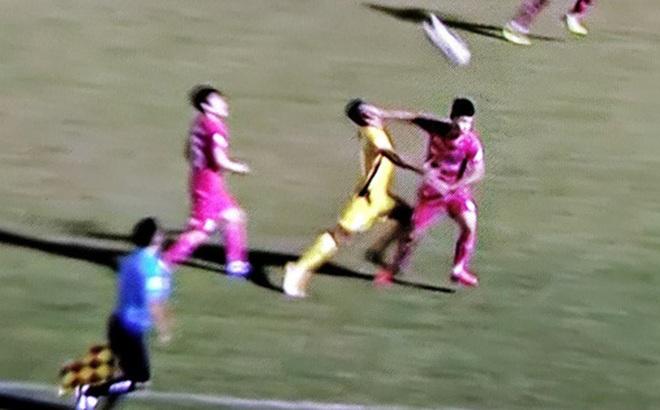 Cầu thủ Sài Gòn FC thoát thẻ đỏ khi đánh thẳng mặt đối thủ, Quảng Nam ngược dòng với chỉ 10 người