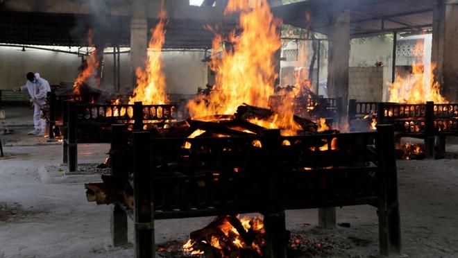 Chết khổ, sống càng khổ: Mùi đốt xác ám vào da thịt - Dân Ấn Độ sợ lây COVID, không dám cả bật quạt - Ảnh 6.
