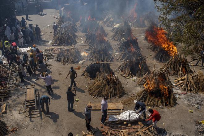 Chết khổ, sống càng khổ: Mùi đốt xác ám vào da thịt - Dân Ấn Độ sợ lây COVID, không dám cả bật quạt - Ảnh 2.