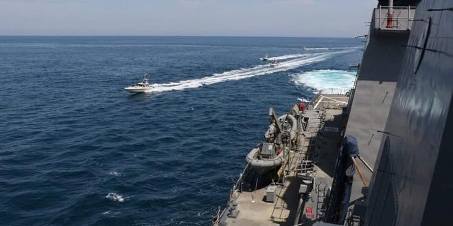 """Iran vây hãm, uy hiếp tàu chiến Mỹ trên Vịnh Ba Tư  - Thủy thủ tàu ngầm Indonesia hát vang bài ca """"Tạm biệt"""" - Ảnh 1."""