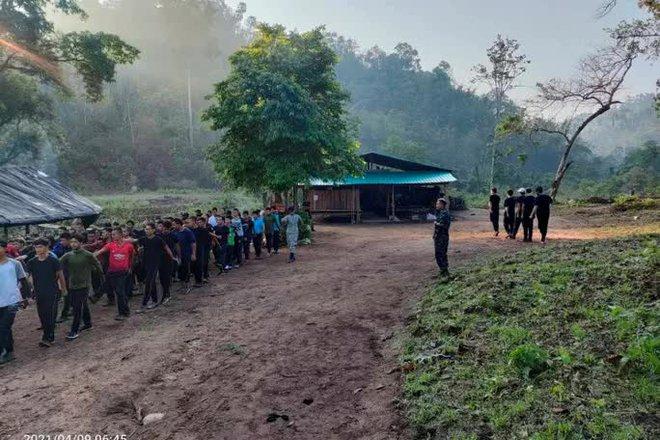 Súng nổ ở Myanmar khi nhóm sắc tộc vũ trang chiếm đồn của quân đội - Ảnh 3.