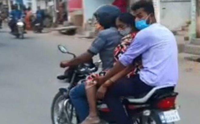 Ấn Độ: Chở thi thể người nhà tử vong do COVID-19 đến lò hoả táng bằng xe máy