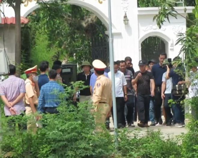 Ảnh: Hàng trăm cảnh sát vây bắt chủ nhà bắn chết 2 người lạ trước cổng ở Nghệ An - Ảnh 18.