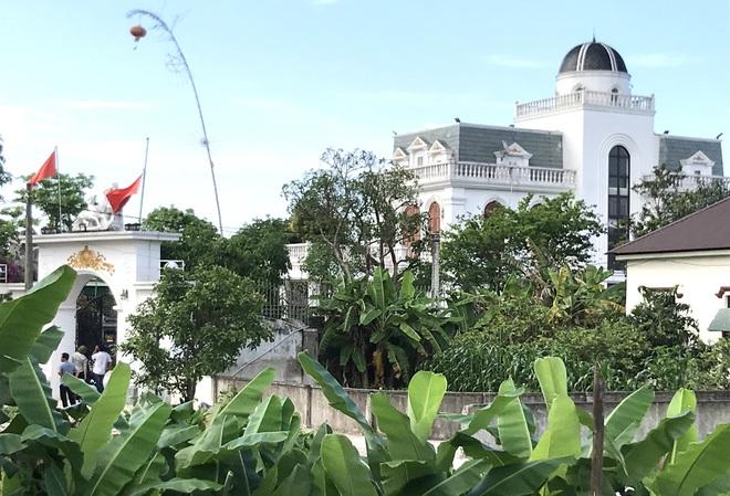 Ảnh: Hàng trăm cảnh sát vây bắt chủ nhà bắn chết 2 người lạ trước cổng ở Nghệ An - Ảnh 22.