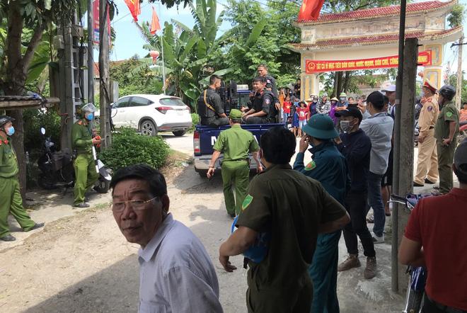 Ảnh: Hàng trăm cảnh sát vây bắt chủ nhà bắn chết 2 người lạ trước cổng ở Nghệ An - Ảnh 12.
