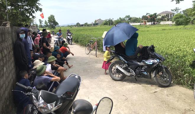 Ảnh: Hàng trăm cảnh sát vây bắt chủ nhà bắn chết 2 người lạ trước cổng ở Nghệ An - Ảnh 13.