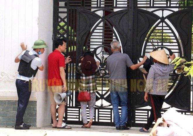 Ảnh: Hàng trăm cảnh sát vây bắt chủ nhà bắn chết 2 người lạ trước cổng ở Nghệ An - Ảnh 15.