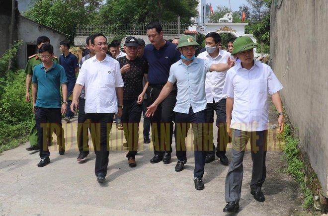 Ảnh: Hàng trăm cảnh sát vây bắt chủ nhà bắn chết 2 người lạ trước cổng ở Nghệ An - Ảnh 16.