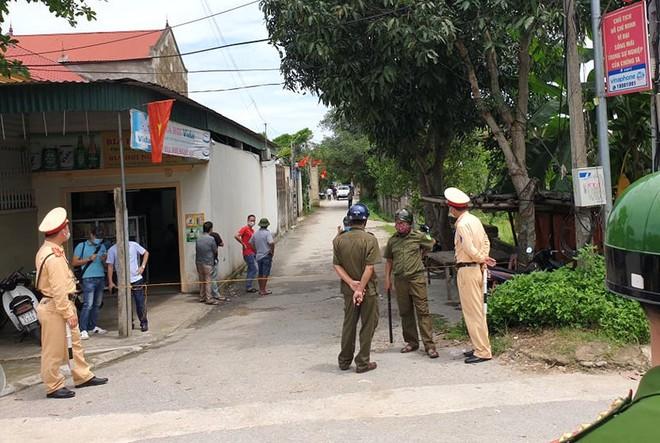 Ảnh: Hàng trăm cảnh sát vây bắt chủ nhà bắn chết 2 người lạ trước cổng ở Nghệ An - Ảnh 3.