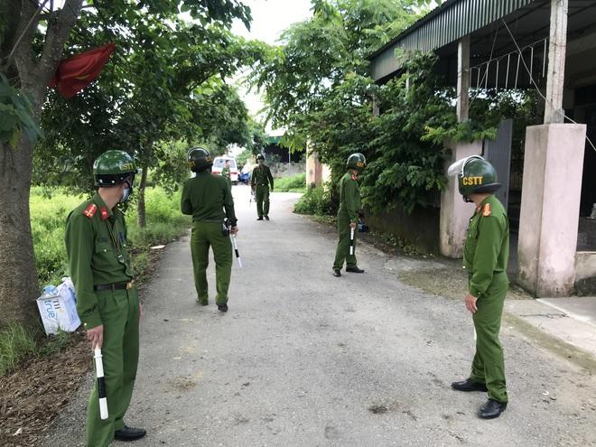 Ảnh: Hàng trăm cảnh sát vây bắt chủ nhà bắn chết 2 người lạ trước cổng ở Nghệ An - Ảnh 21.
