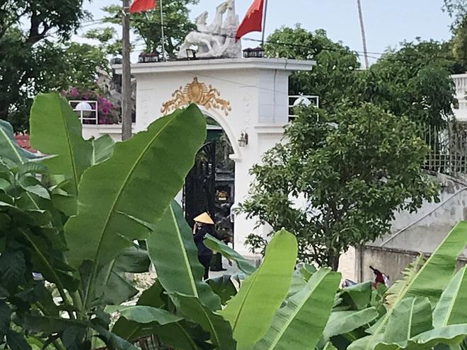 Ảnh: Hàng trăm cảnh sát vây bắt chủ nhà bắn chết 2 người lạ trước cổng ở Nghệ An - Ảnh 23.