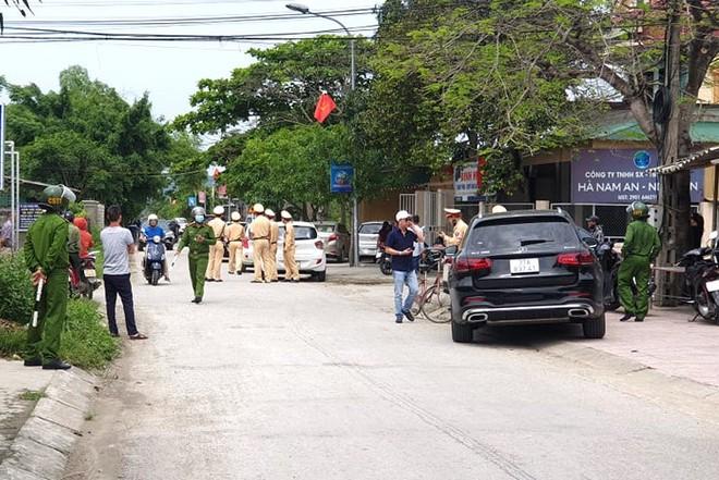 Ảnh: Hàng trăm cảnh sát vây bắt chủ nhà bắn chết 2 người lạ trước cổng ở Nghệ An - Ảnh 4.