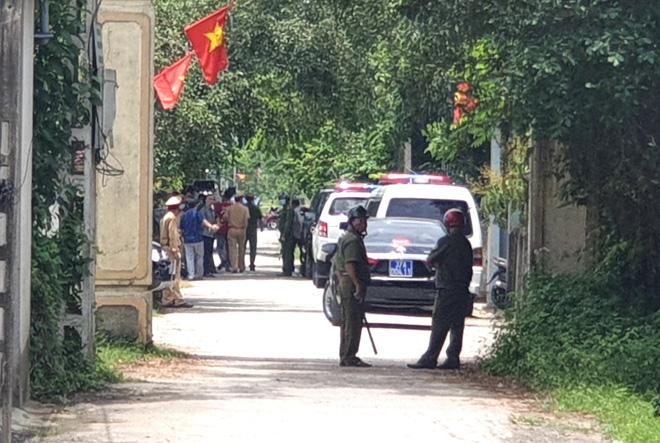 Ảnh: Hàng trăm cảnh sát vây bắt chủ nhà bắn chết 2 người lạ trước cổng ở Nghệ An - Ảnh 5.