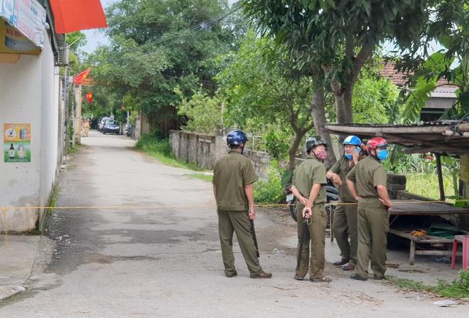 Ảnh: Hàng trăm cảnh sát vây bắt chủ nhà bắn chết 2 người lạ trước cổng ở Nghệ An - Ảnh 6.