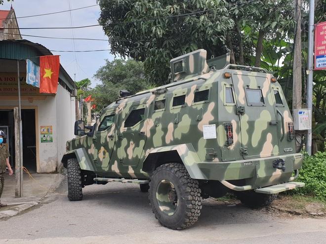 Ảnh: Hàng trăm cảnh sát vây bắt chủ nhà bắn chết 2 người lạ trước cổng ở Nghệ An - Ảnh 9.