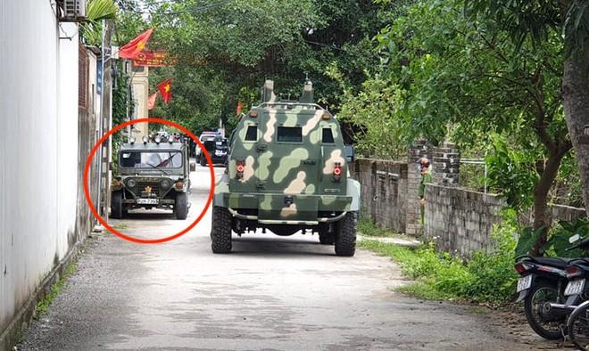 Ảnh: Hàng trăm cảnh sát vây bắt chủ nhà bắn chết 2 người lạ trước cổng ở Nghệ An - Ảnh 10.