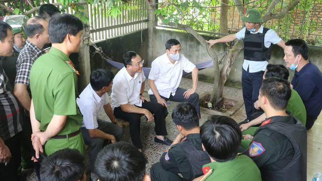 Ảnh: Hàng trăm cảnh sát vây bắt chủ nhà bắn chết 2 người lạ trước cổng ở Nghệ An - Ảnh 11.