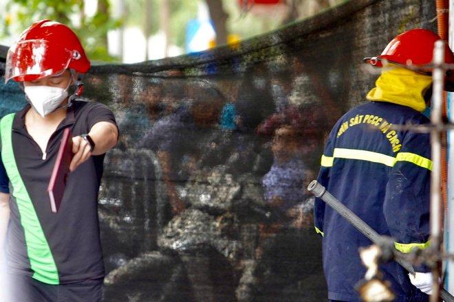 Cảnh sát đào bới, tìm 4 thi thể vụ cháy: Nhiệt độ trong nhà rất cao từ 800 - 1.000 độ C - Ảnh 2.