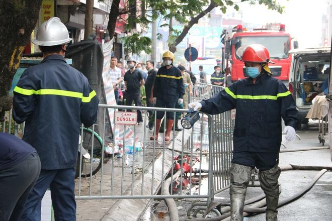 Cảnh sát đào bới, tìm 4 thi thể vụ cháy: Nhiệt độ trong nhà rất cao từ 800 - 1.000 độ C - Ảnh 3.