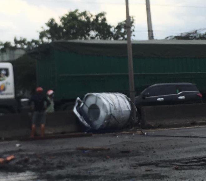 Kinh hoàng cuộn thép trên xe container rơi xuống đường gây tai nạn liên hoàn, kẹt xe nhiều giờ  - Ảnh 4.