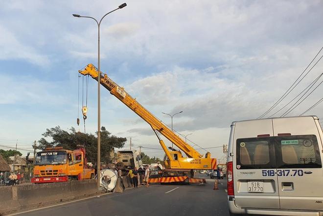 Kinh hoàng cuộn thép trên xe container rơi xuống đường gây tai nạn liên hoàn, kẹt xe nhiều giờ  - Ảnh 6.