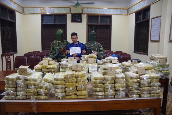 Chặn chiếc xe 7 chỗ biển số Hà Nội ở trạm thu phí, phát hiện trong xe có hơn 220kg ma túy - Ảnh 1.