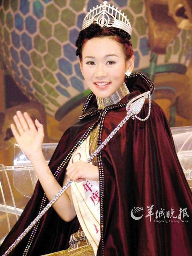 Hoa hậu Hong Kong tuột dốc vì chửa hoang, phải bán bia kiếm sống, nói dối cưới được đại gia - Ảnh 1.