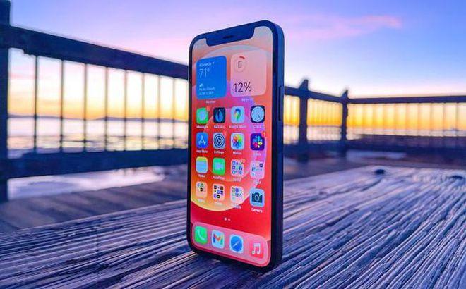 4 mẹo nhỏ giúp sạc pin điện thoại iPhone nhanh hơn - Ảnh 1.