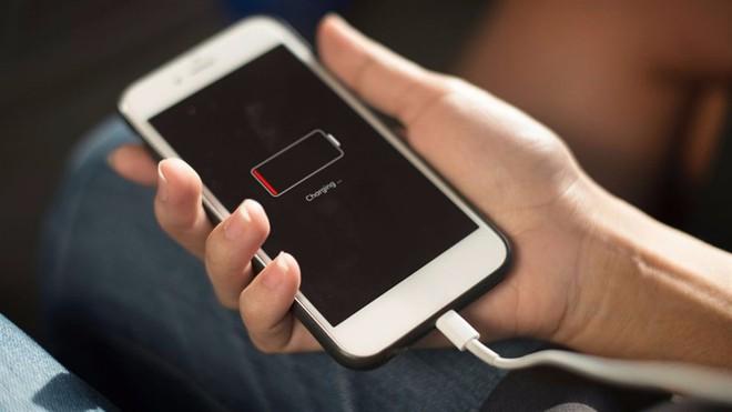 4 mẹo nhỏ giúp sạc pin điện thoại iPhone nhanh hơn - Ảnh 3.