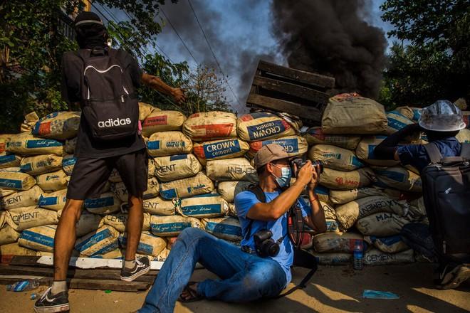 Ghi hình binh sĩ Myanmar: Một người bị bắn trúng chân, nhận đòn nhừ tử rồi nhảy lò cò khi bị giải đi - Ảnh 1.