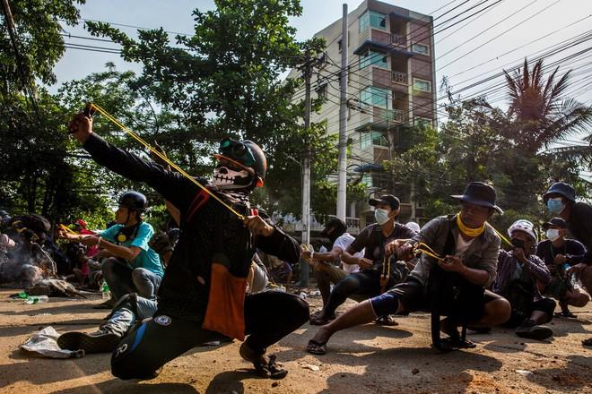 Ghi hình binh sĩ Myanmar: Một người bị bắn trúng chân, nhận đòn nhừ tử rồi nhảy lò cò khi bị giải đi - Ảnh 3.