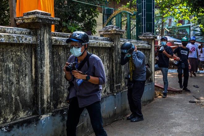Ghi hình binh sĩ Myanmar: Một người bị bắn trúng chân, nhận đòn nhừ tử rồi nhảy lò cò khi bị giải đi - Ảnh 4.