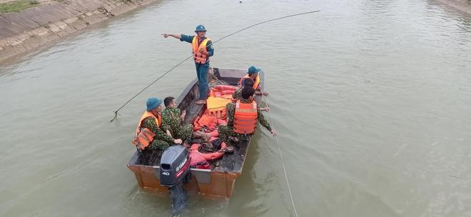 Cả trăm người giăng lưới, chạy thuyền dọc sông Đào tìm kiếm thi thể nam sinh lớp 6 - Ảnh 2.