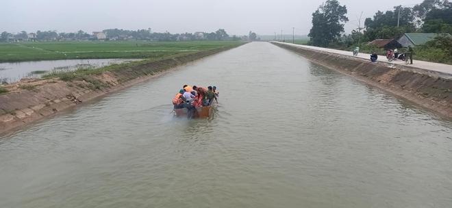 Cả trăm người giăng lưới, chạy thuyền dọc sông Đào tìm kiếm thi thể nam sinh lớp 6 - Ảnh 6.