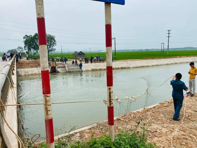 Cả trăm người giăng lưới, chạy thuyền dọc sông Đào tìm kiếm thi thể nam sinh lớp 6 - Ảnh 8.