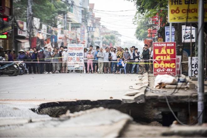 Sáng nay, hố tử thần ở Hà Nội đã lan rộng ra 50m2, đổ đất cát vào như muối bỏ biển - Ảnh 3.