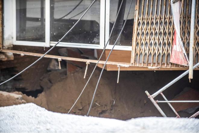 Sáng nay, hố tử thần ở Hà Nội đã lan rộng ra 50m2, đổ đất cát vào như muối bỏ biển - Ảnh 6.