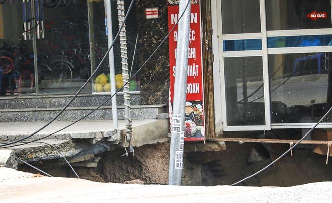 Sáng nay, hố tử thần ở Hà Nội đã lan rộng ra 50m2, đổ đất cát vào như muối bỏ biển - Ảnh 7.