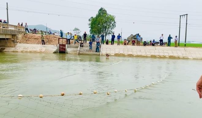 Cả trăm người giăng lưới, chạy thuyền dọc sông Đào tìm kiếm thi thể nam sinh lớp 6 - Ảnh 3.