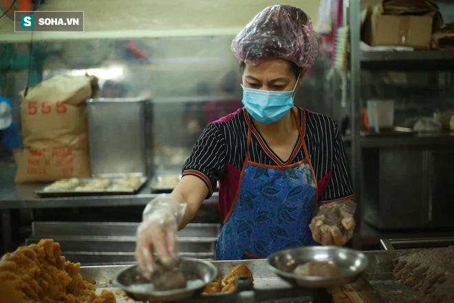 Ông chủ người Hoa của tiệm bánh độc nhất vô nhị Sài Gòn: Ở Việt Nam giờ không ai làm theo cách của người Tiều nữa - Ảnh 6.