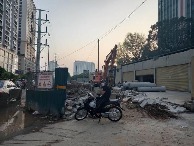 Hà Nội: Xôn xao hình ảnh đang đào đường Tố Hữu phát hiện 1 người dưới lòng đất ở độ sâu 2 mét - Ảnh 7.